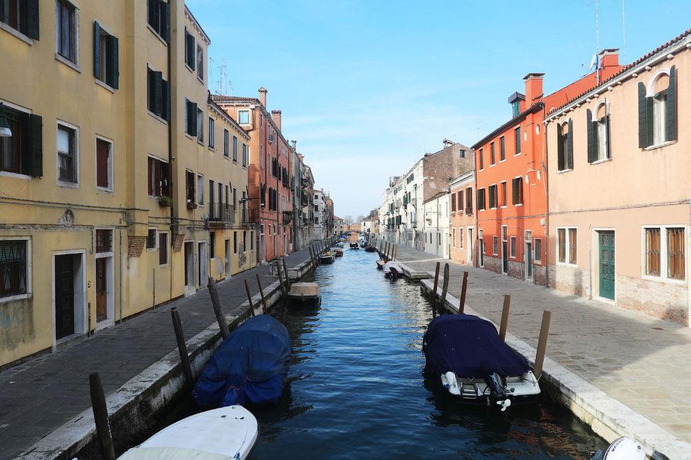 Еще один пустой канал в Венеции, Италия