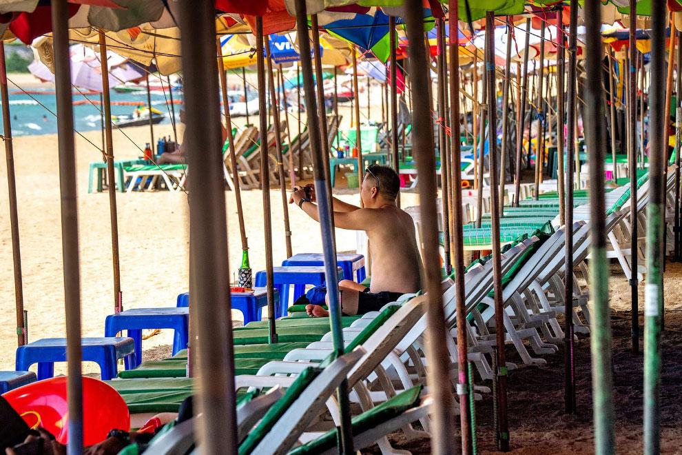 Почти пустой пляж в Паттайе, Таиланд
