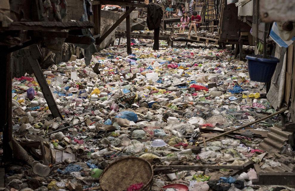 Заполненный мусором ручей в Маниле, Филиппины