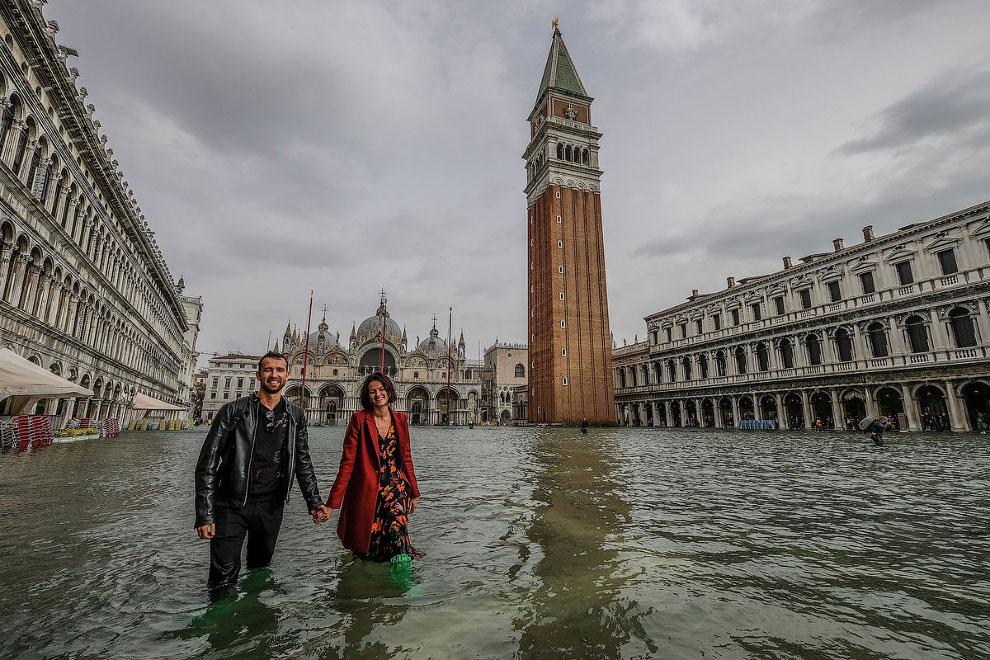 Туристы на затопленной площади Сан-Марко в Венеции