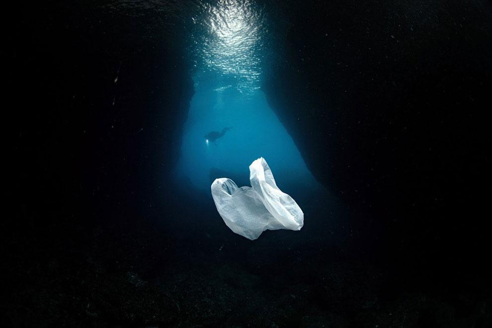 Пластиковый пакет плавает в Средиземном море