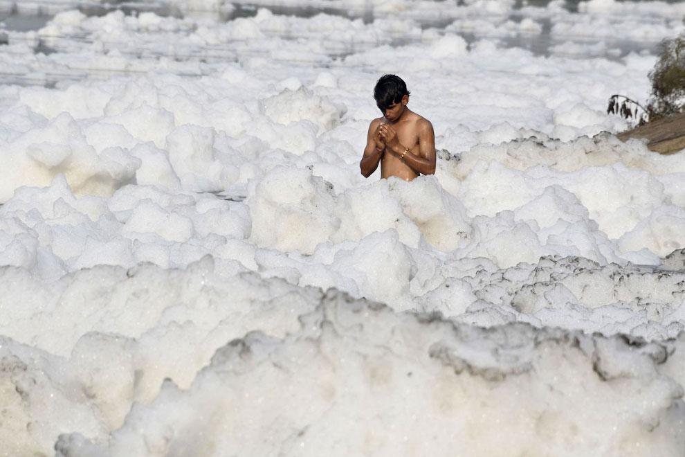 Грязная река Ямуна в Нью-Дели