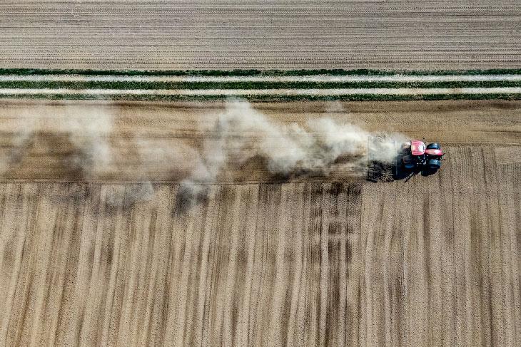 Фермер на поле в Клайнпиннинге, Германия