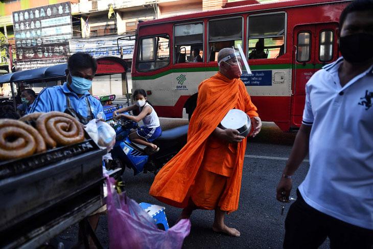 Буддийский монах в маске