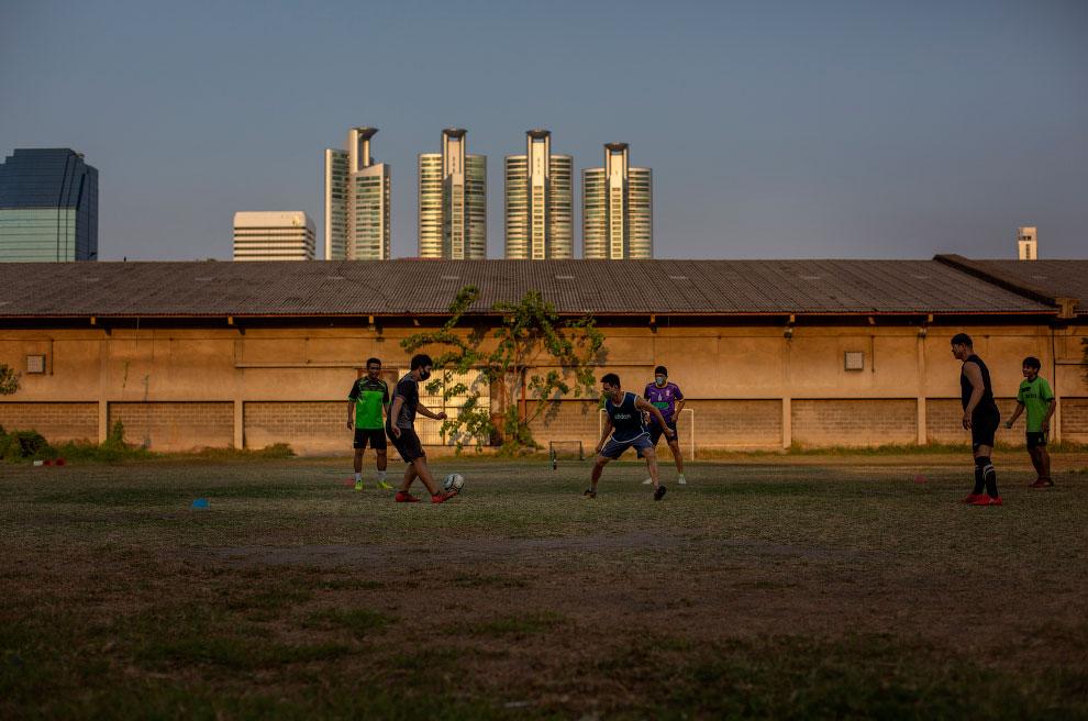Футбол на открытой площадке в Бангкоке, Таиланд