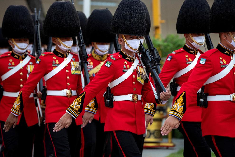 Почетный караул в защитных масках