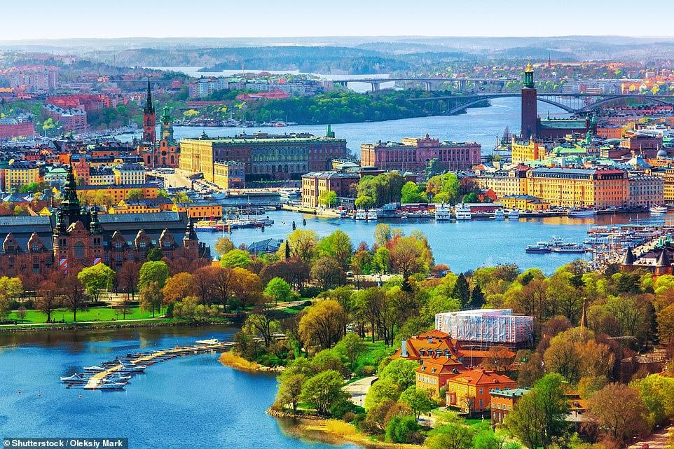 Завораживающий вид на красивый Старый город Стокгольма и набережную