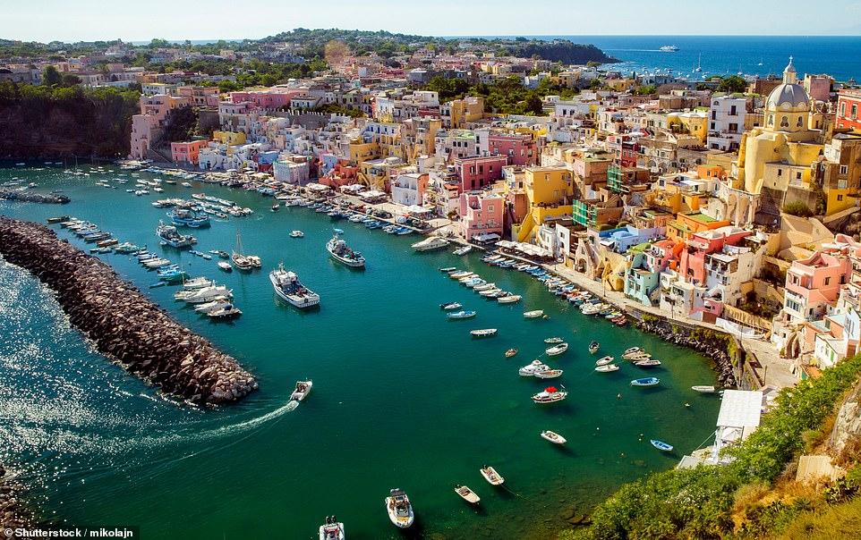 Невероятно романтичный порт на острове Прочида в Неаполитанском заливе