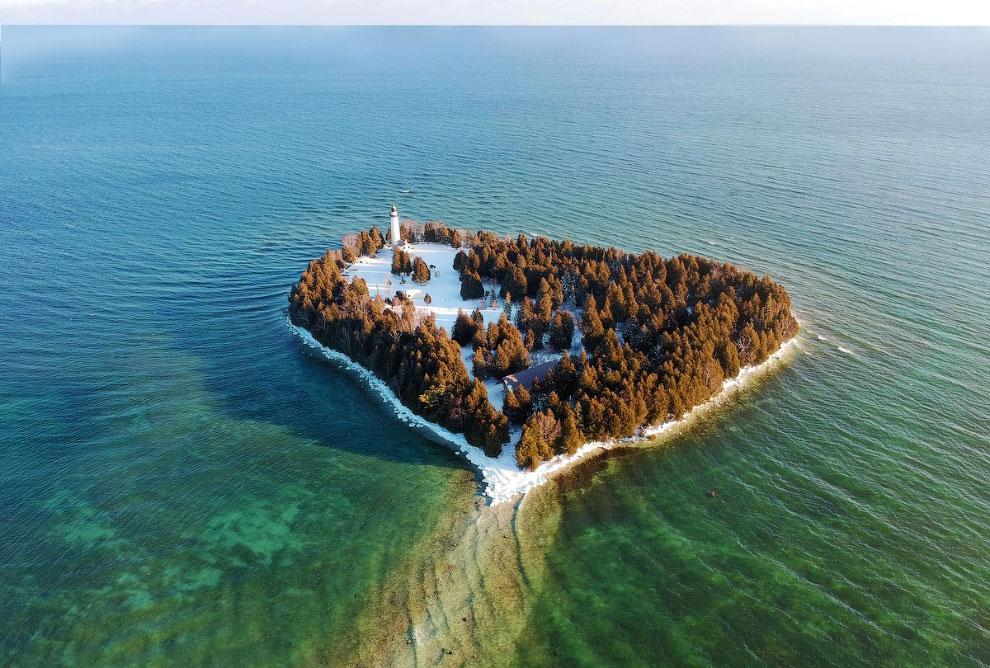 Островок с маяком