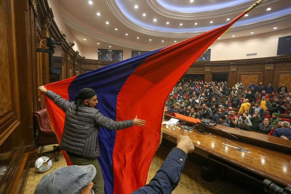Армянские протестующие штурмуют парламент в Ереване
