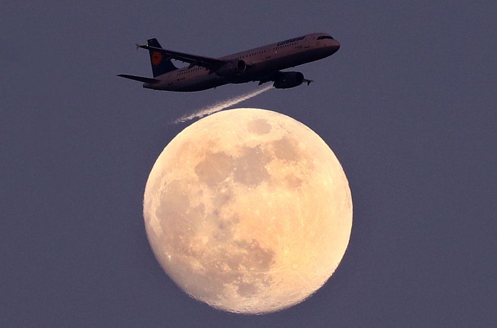 Ночь. Луна. Самолет