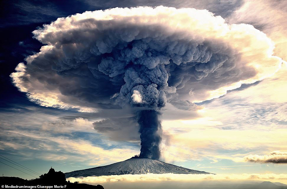 Захватывающий снимок вулкана Этна на Сицилии