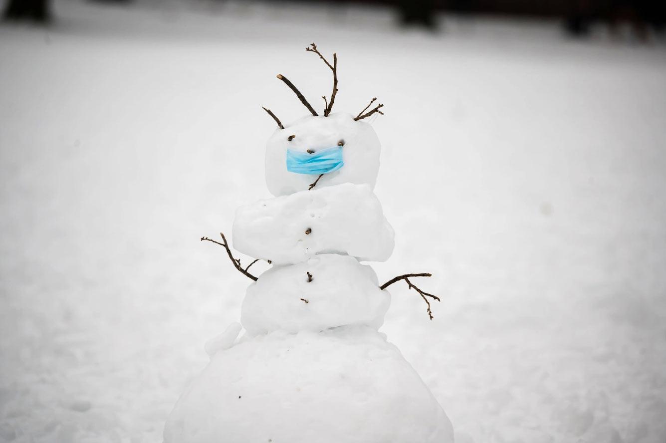 Снеговик в маске в Центральном парке Нью-Йорка