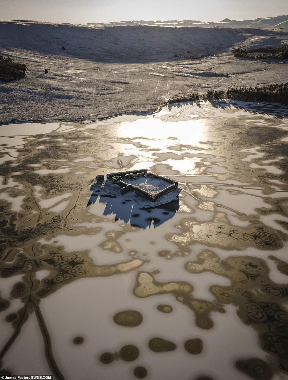 Сказочный замок Lochindorb 13 века во льдах