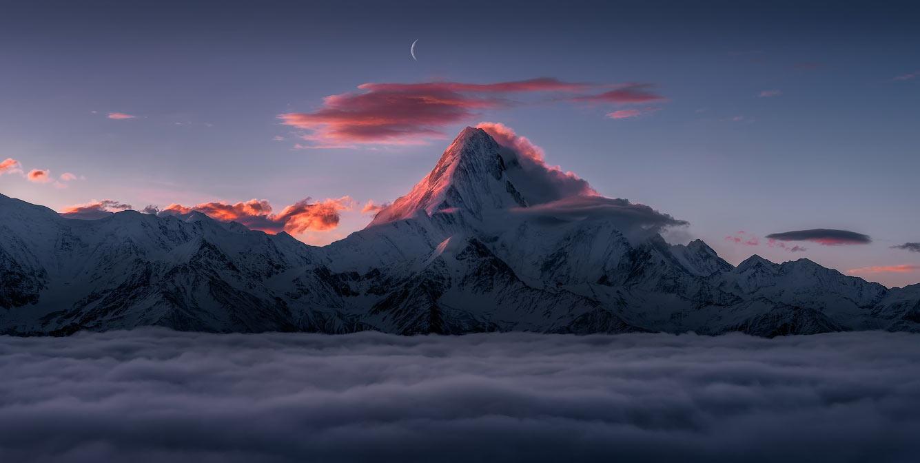 Гора в системе гор Дасюэшань, наивысшая гора в провинции Сычуань, Китай.