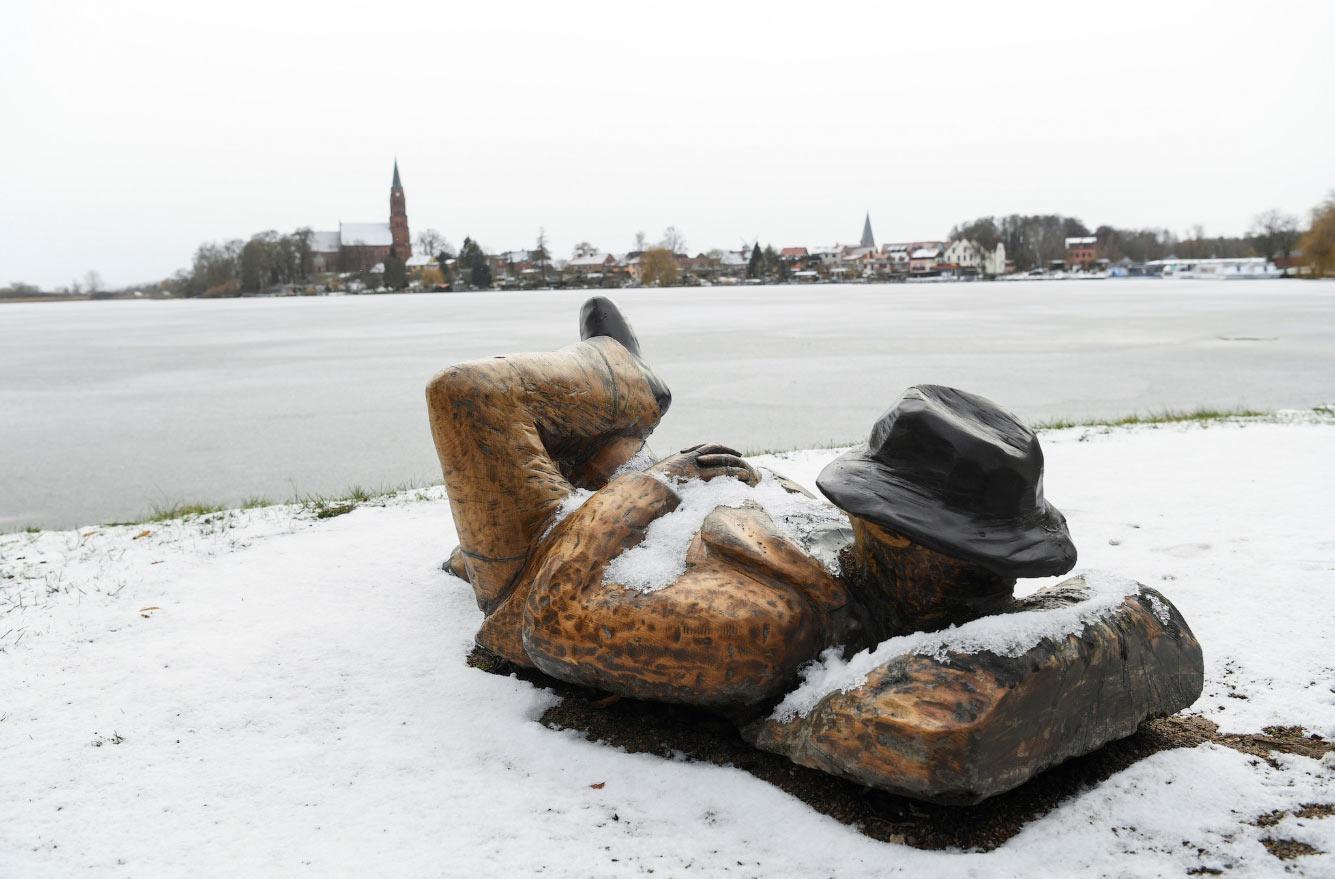 Деревянная скульптура на набережной озера Муэриц в Робеле