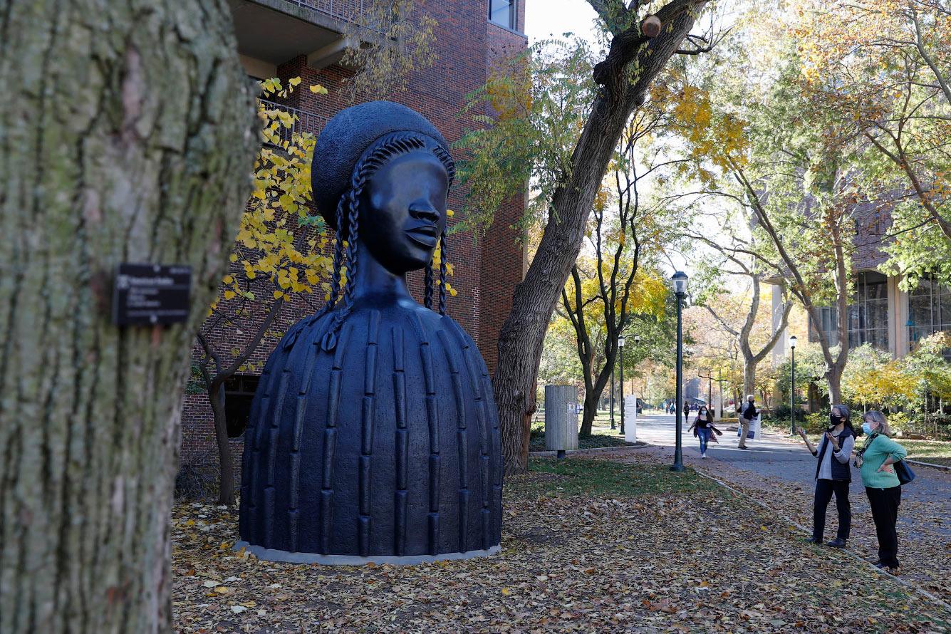 Скульптура в университетском городке Филадельфии