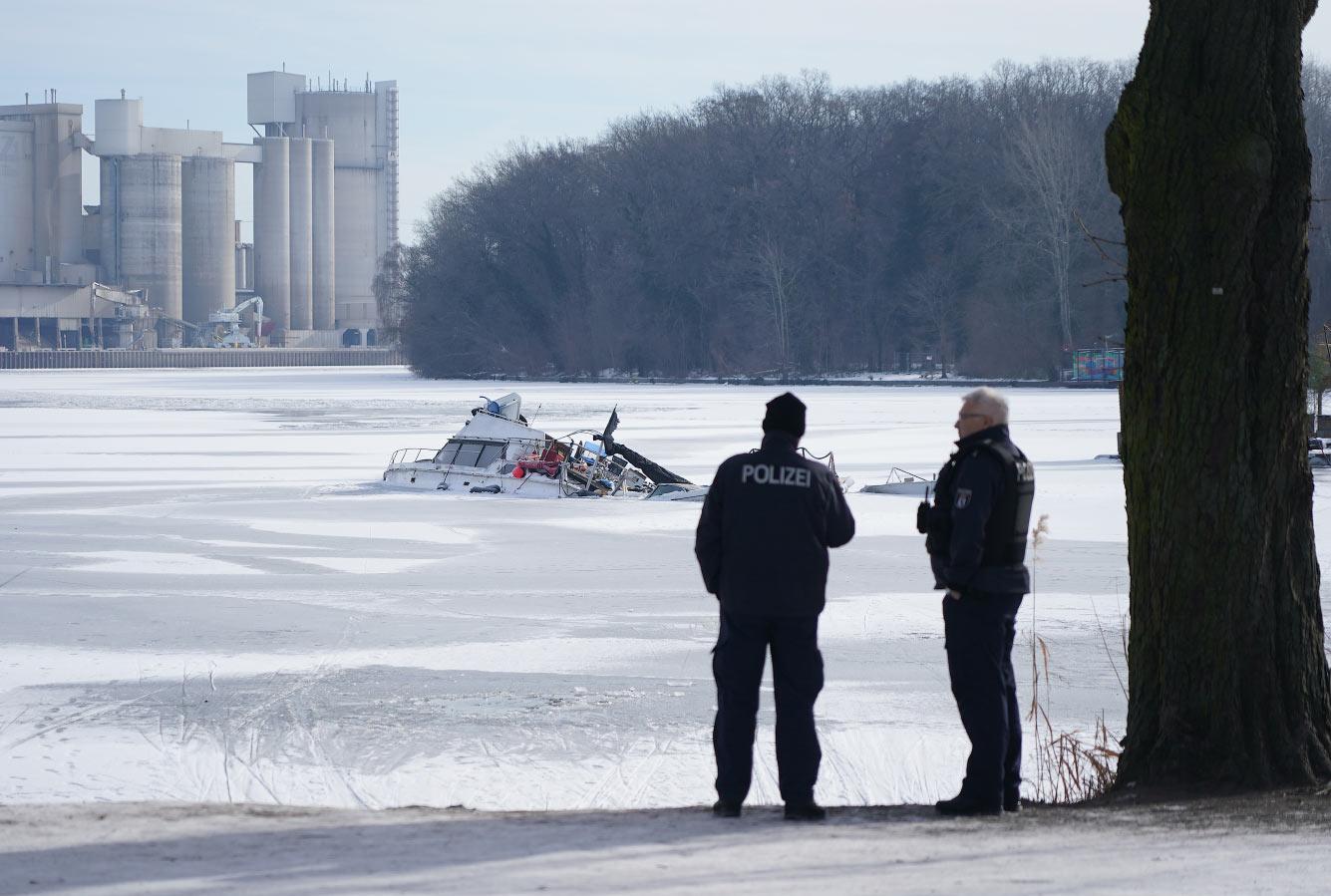 Лодка вмерзла в лед в Берлине, Германия