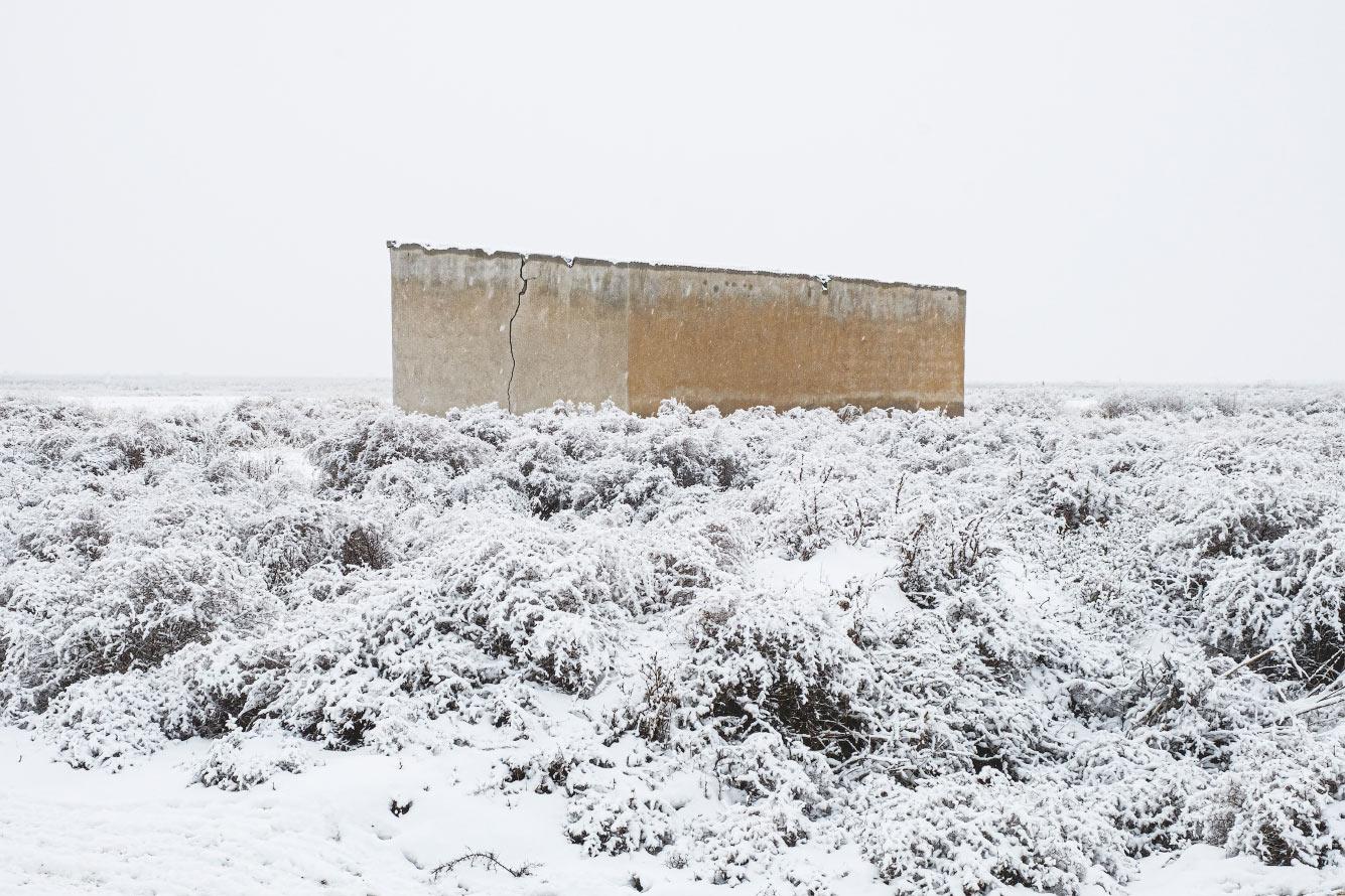 Заброшенное здание в снегу в Иране