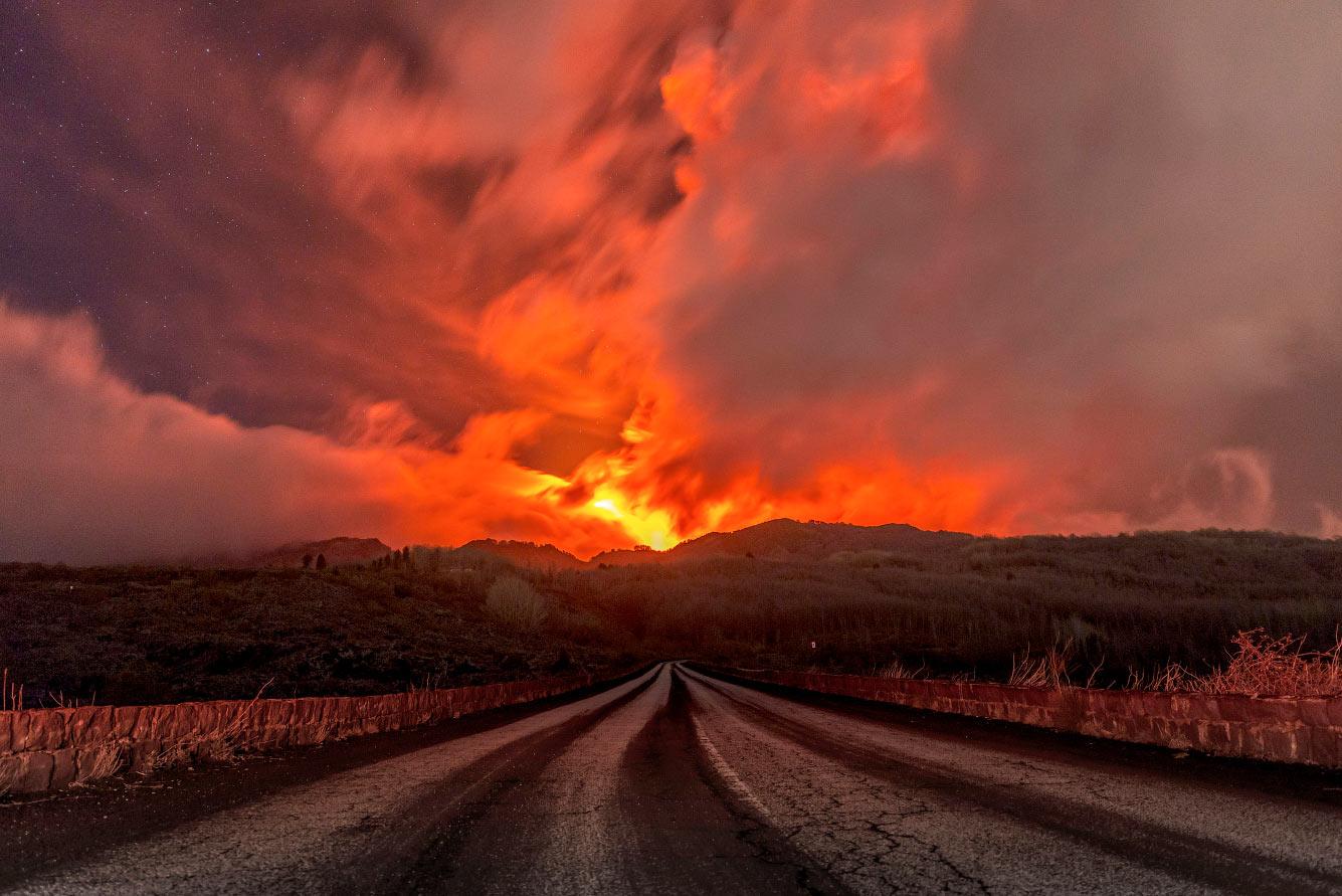 Лава льётся со склонов горы Этна
