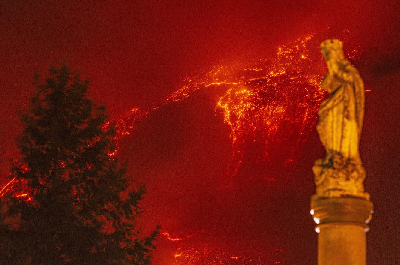 Вулкан Этна извергается около Сицилии