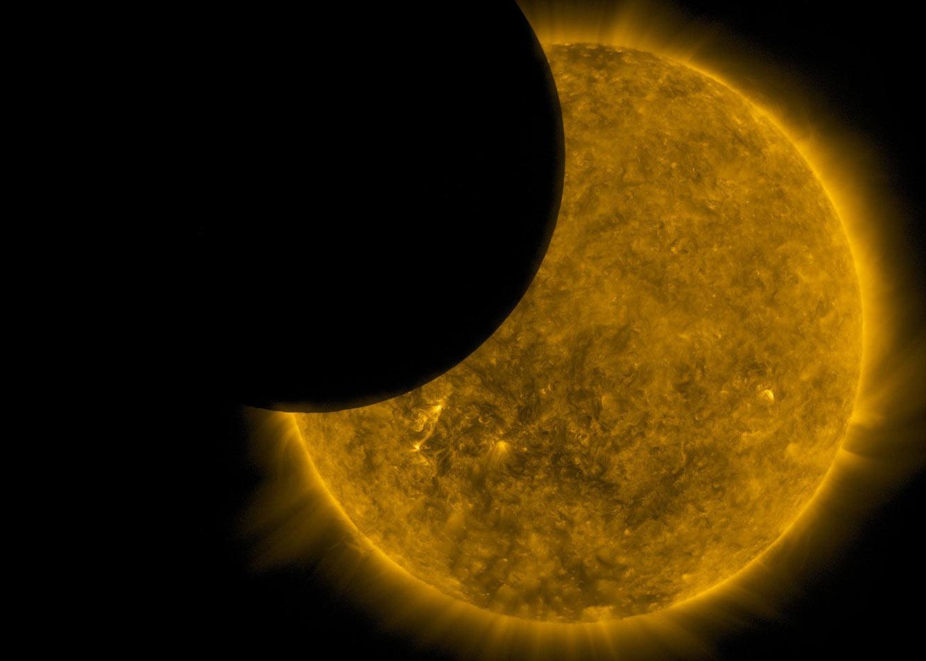 Транзит Луны по диску Солнца