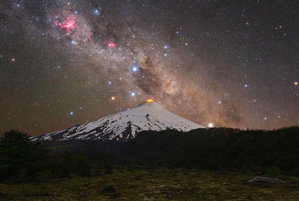 Вулкан Вильяррика в Чили и Галактика