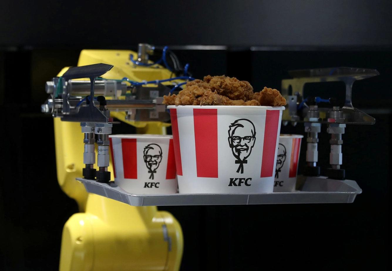 Официант в ресторане KFC