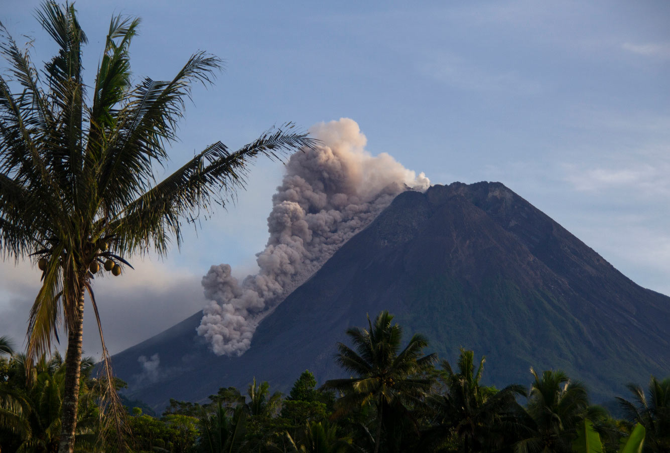 Самый опасный вулкан Индонезии — Мерапи