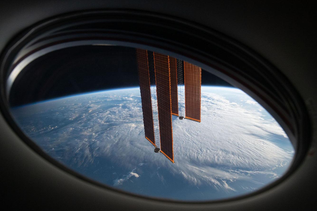 Пара основных солнечных батарей МКС пересекает горизонт Земли