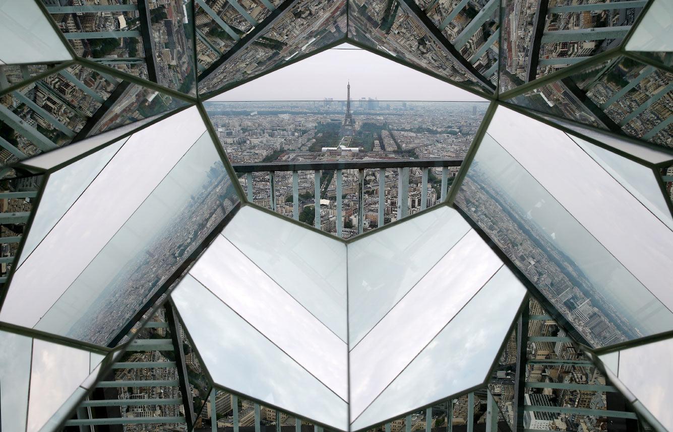 Эйфелева башня видна через диамантоскоп
