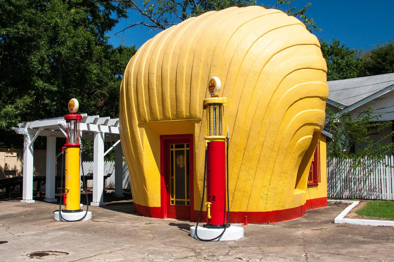 Эта автозаправочная станция Shell, построенная в 1930-х