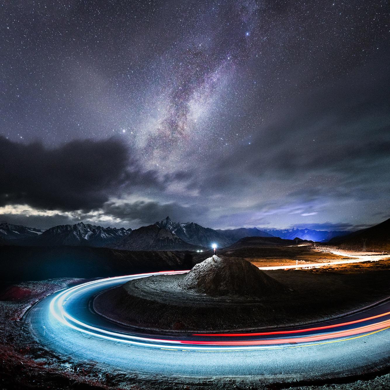Звездная ночь, холм и дорога