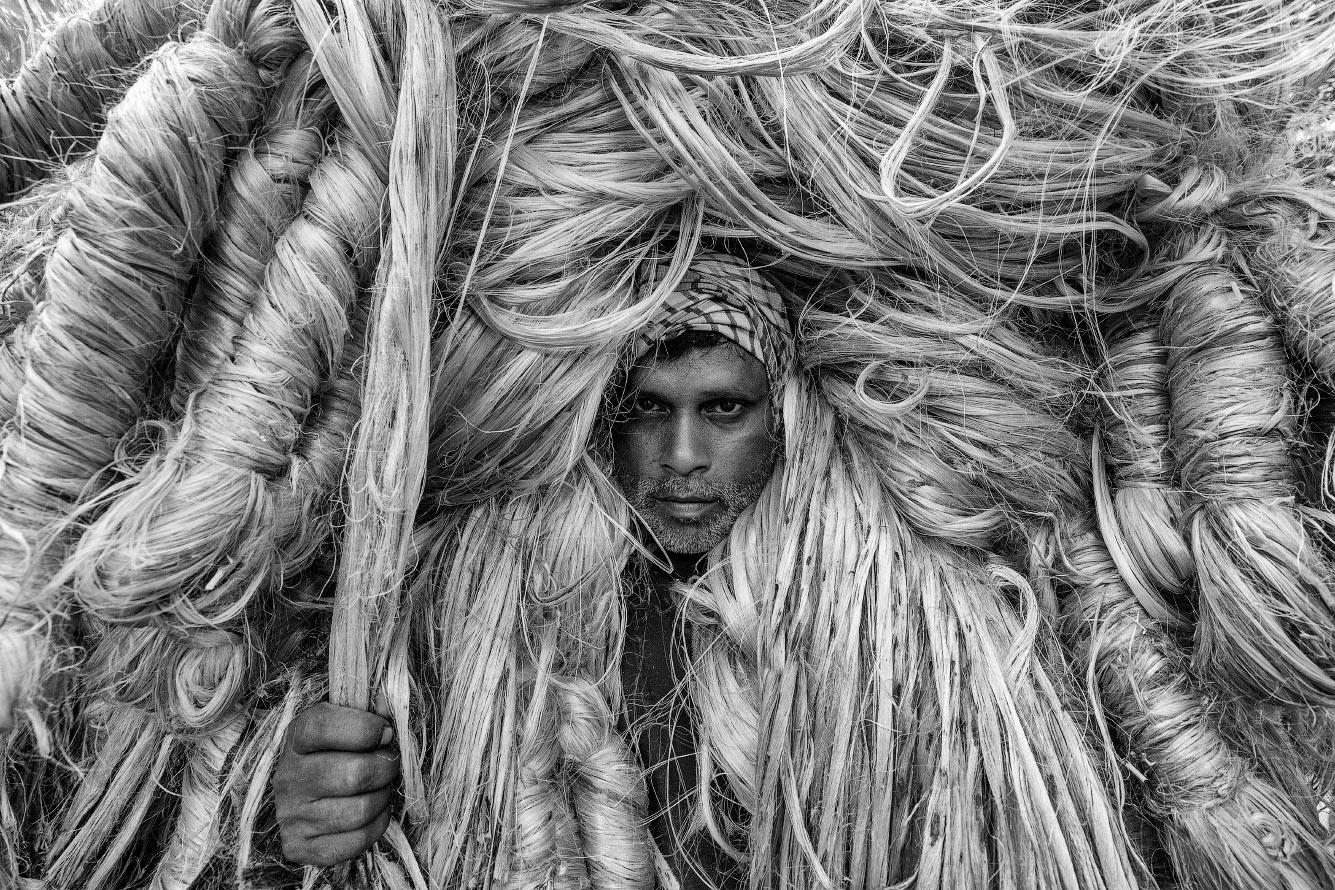 Портрет рабочего на производстве джутового волокна в Бангладеш