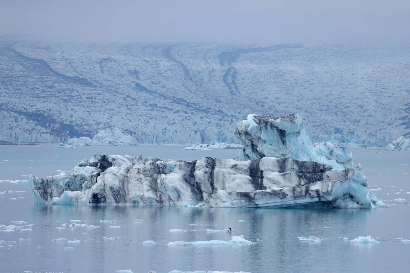 Айсберг, отколовшийся от ледника Брейдамеркурйокудль