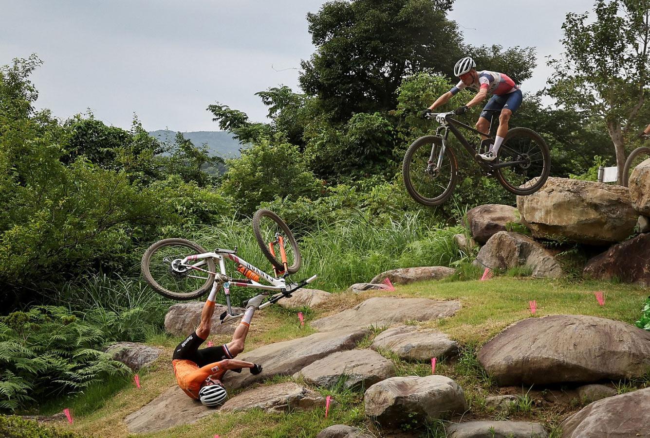 Матье ван дер Поэль из Нидерландов на гонке на горных велосипедах в Сидзуоке