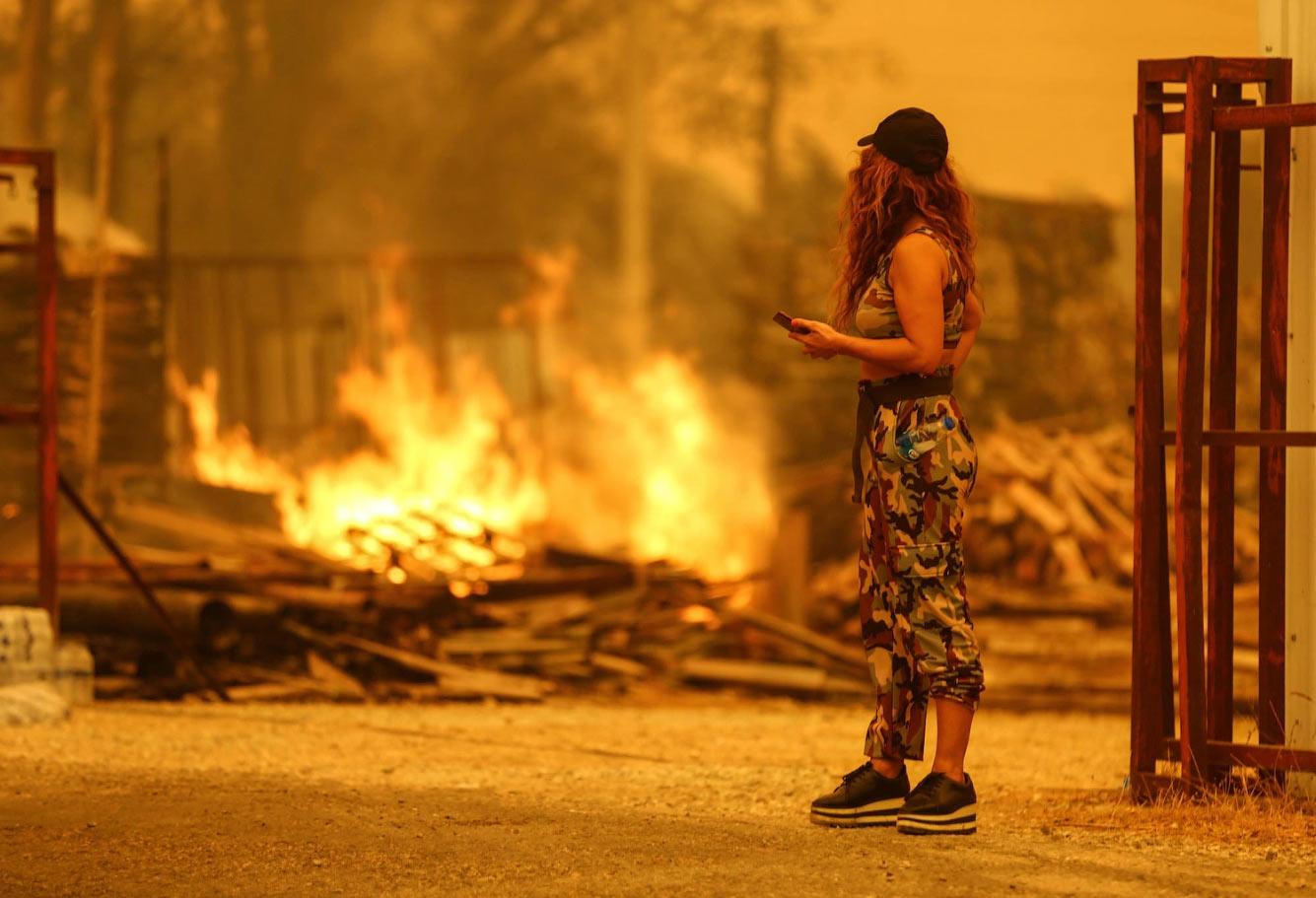 Огонь к востоку от курортного города Анталия