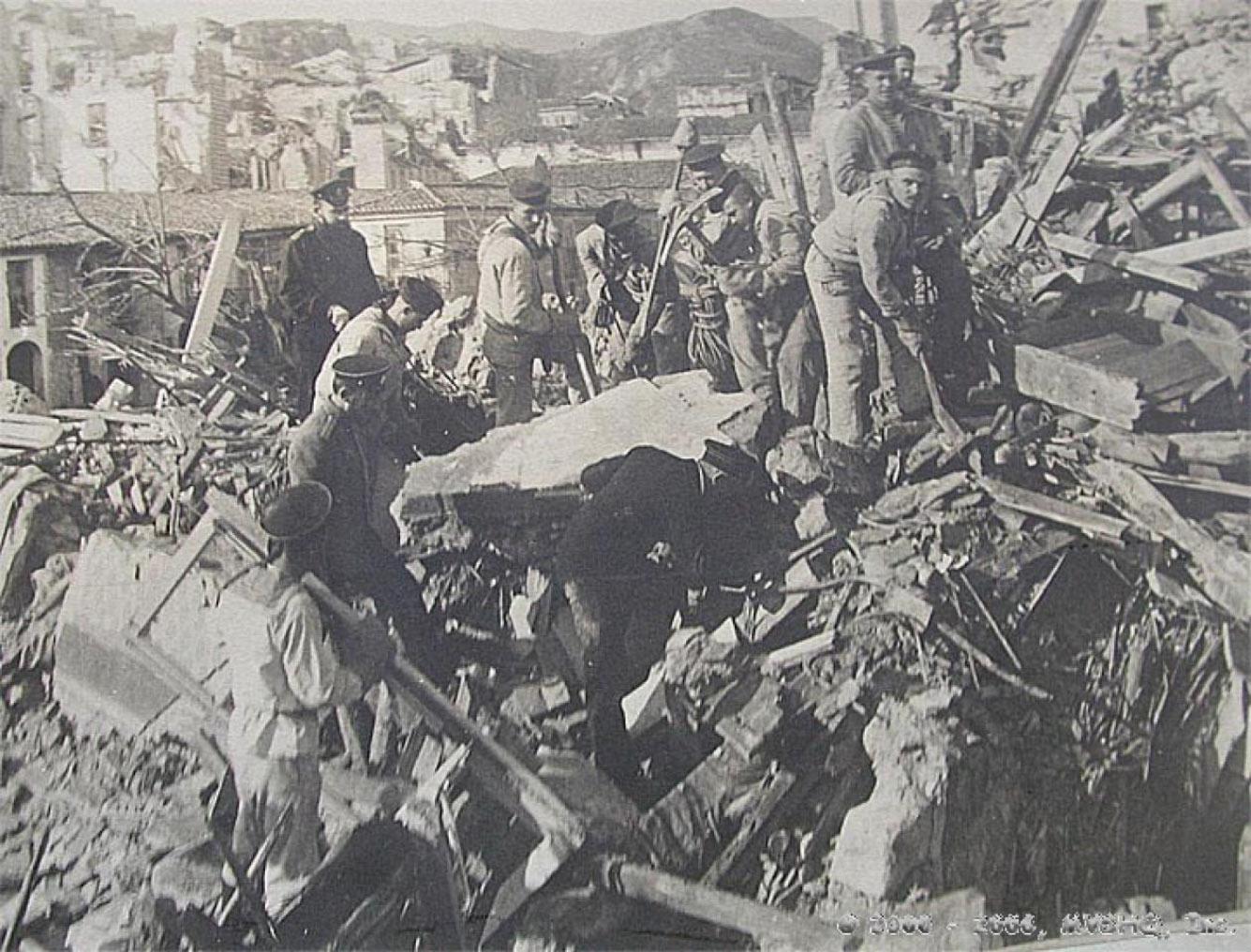 Моряки с броненосца «Слава» на развалинах Мессины