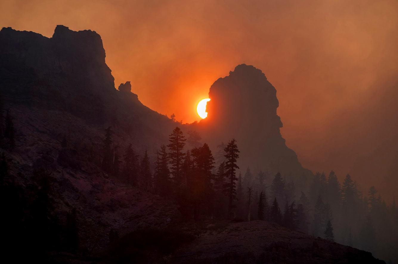 Дым от огня Калдора в национальном лесу Эльдорадо в Калифорнии
