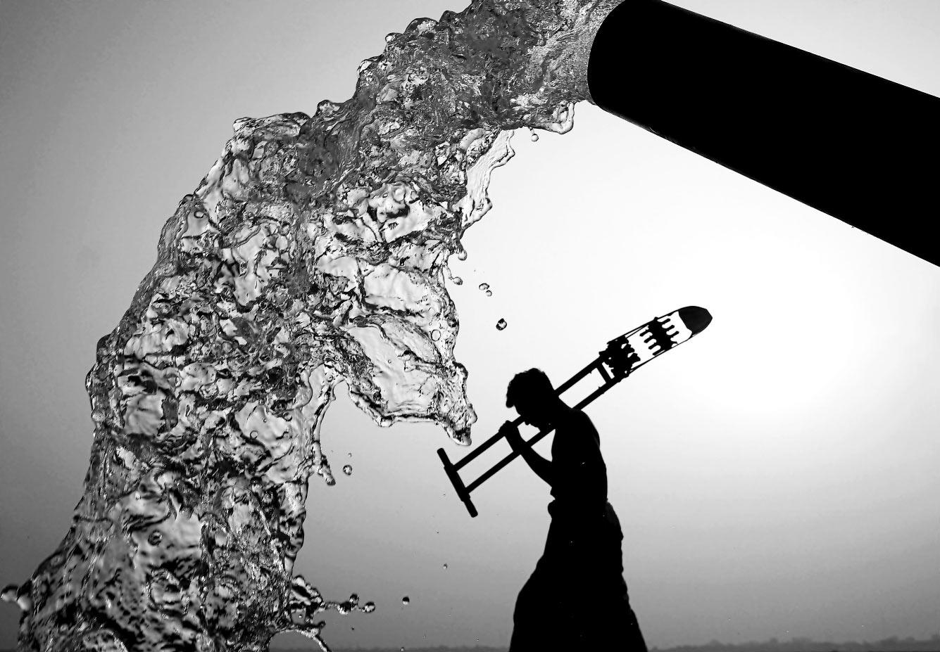 Силуэт на фоте трубы с водой