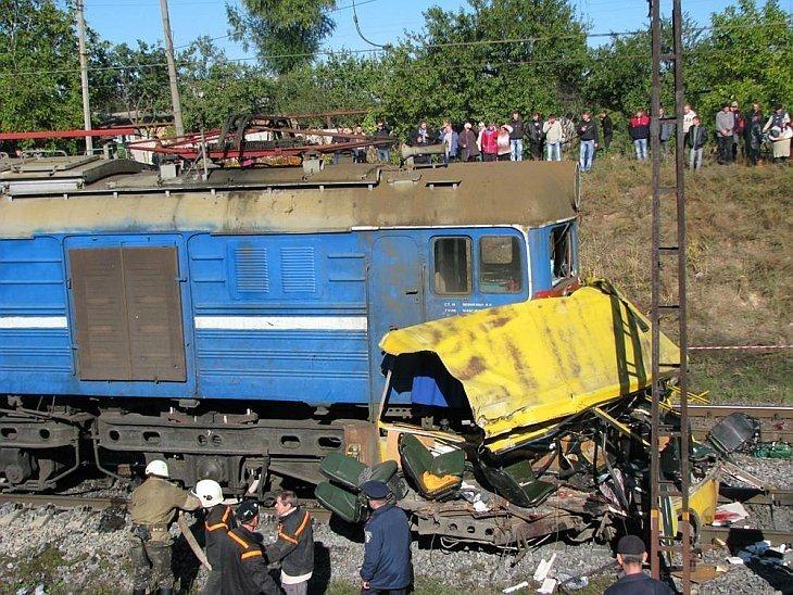 Масштабное ДТП 12 октября 2010, во вторник утром на 116 км участка приднепровской железной дороги Никополь — Марганец при столкновении автобуса и локомотива: