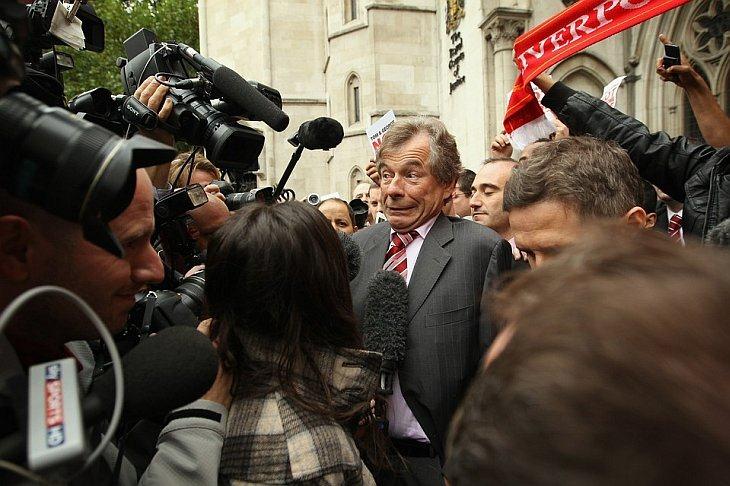 Глава футбольного клуба Ливерпуль атакован представителями прессы, после того, как он вышел из суда в Лондоне,