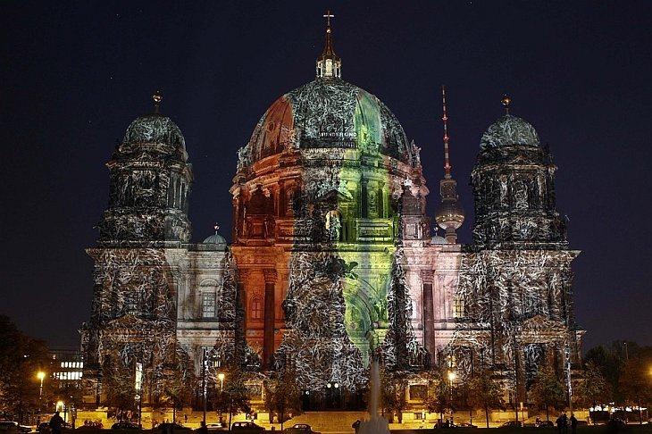 Иллюминация собора во время Фестиваля Огней в Берлине