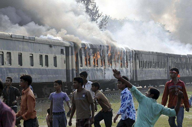 Толпа атаковала поезд, который наехал и убил по крайней мере 3 человек. Они митинговали в понедельник, 11 октября 2010, в городе Sirajganj, Бангладеш