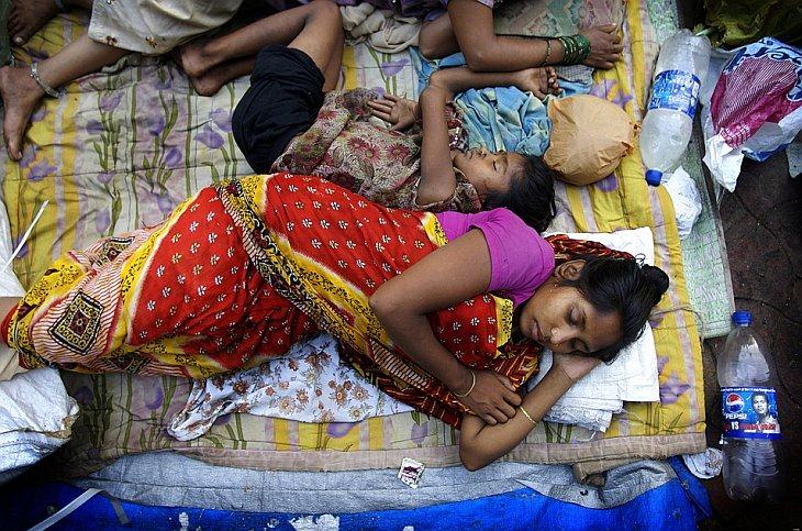 Люди, живущие на тротуарах и дорогах в самом богатом городе Индии