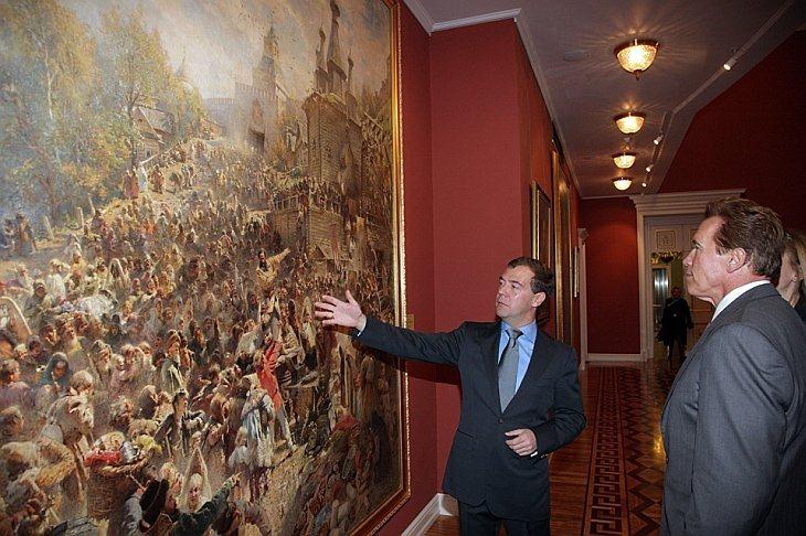 Президент России Дмитрий Медведев показывает картину губернатору Калифорнии Арнольду Шварценеггеру в Горках