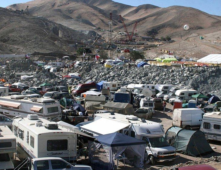 Родственники, спасатели и СМИ разбили лагерь в понедельник рядом с шахтой в Сан-Хосе