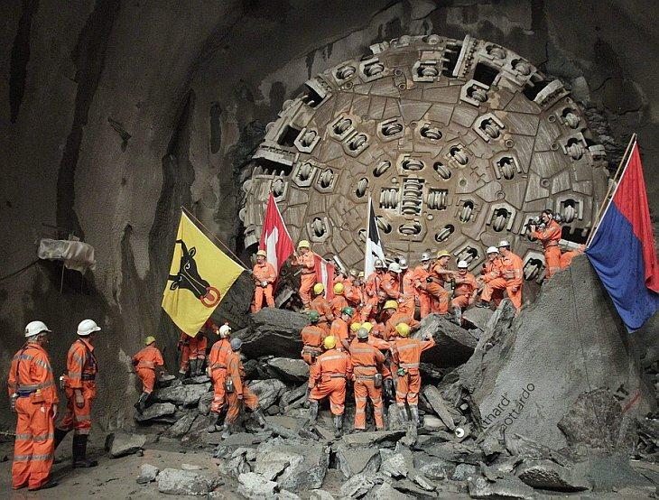 Горнопроходчики завершили бурение самого длинного в мире железнодорожного тоннеля под перевалом Сен-Готард в Альпах.