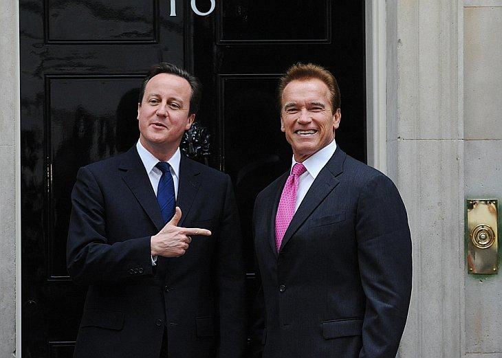 Премьер-министр Великобритании Дэвид Камерон приветствует губернатора Калифорнии Арнольда Шварценеггера на Даунинг стрит, Лондоне