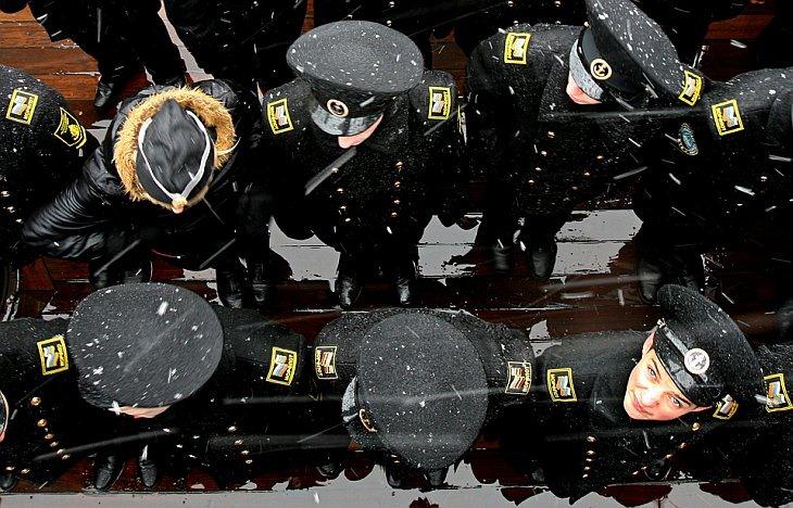 Кадеты морского училища приняли присягу на борту крейсера Аврора в Санкт-Петербурге